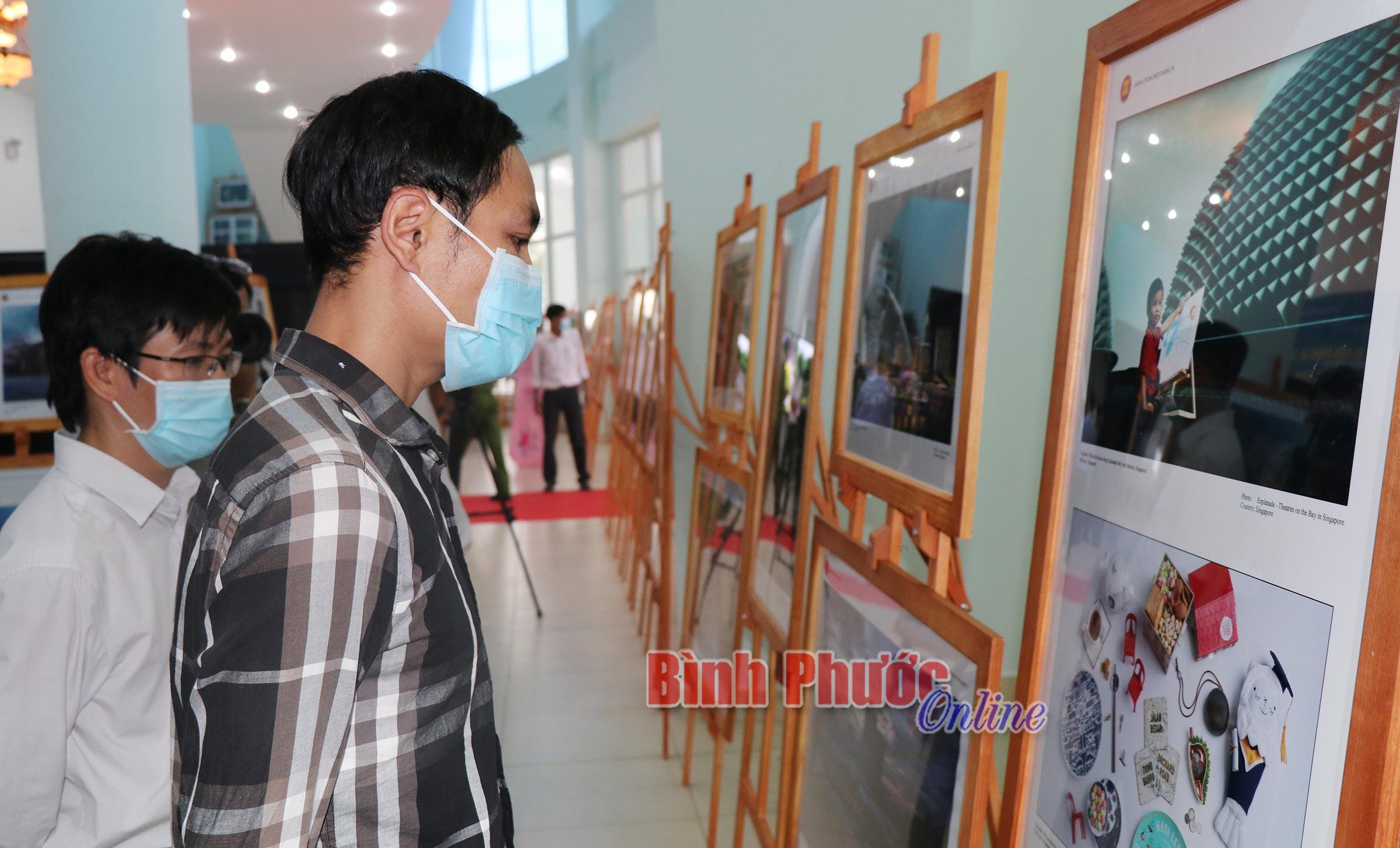 Đông đảo nhân dân trong tỉnh đến xem các ảnh trưng bày về cộng đồng ASEAN tại triển lãm