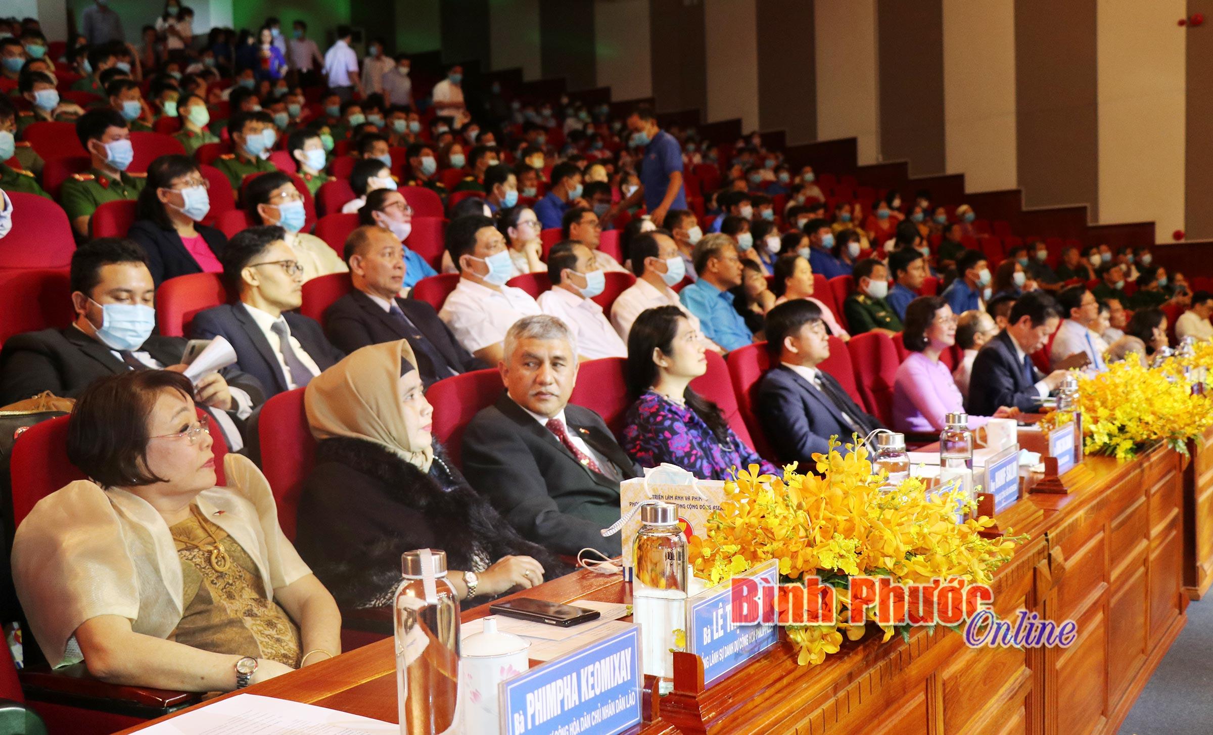 Đại biểu các nước và đông đảo nhân dân tỉnh Bình Phước dự lễ khai mạc