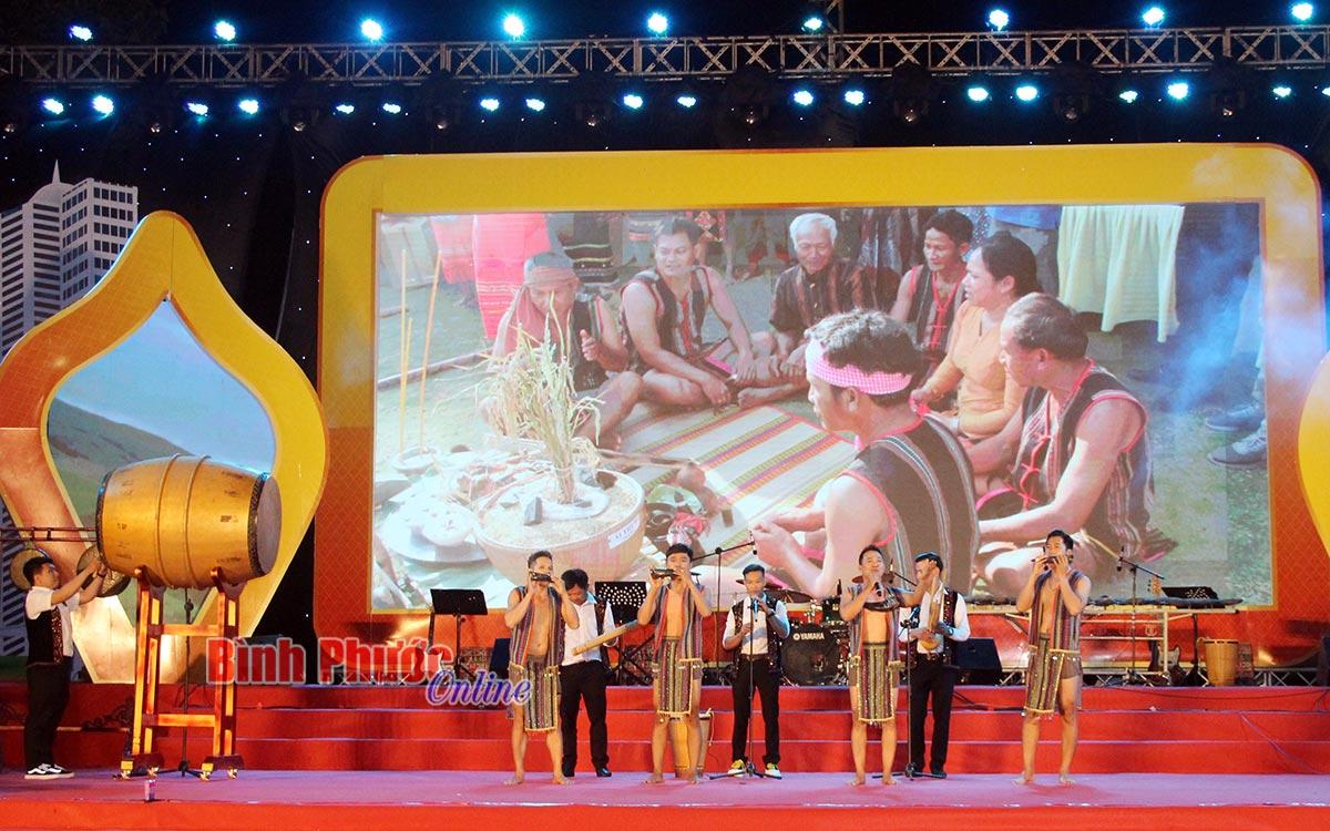 iết mục hát múa nhạc xuân thể hiện sự giao thoa văn hóa của cộng đồng các dân tộc