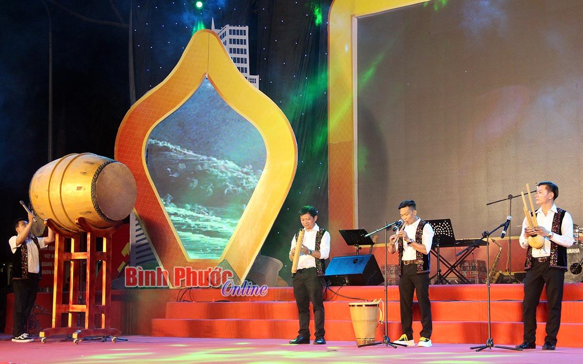 """Hòa tấu nhạc cụ """"Tiếng lòng S'tiêng"""", tốp ca nam """"Ánh mắt S'tiêng"""" và độc tấu """"Tiếng chày trên sóc Bom Bo"""" do các nghệ sĩ, ban nhạc Đoàn ca múa nhạc dân tộc tỉnh biểu diễn."""