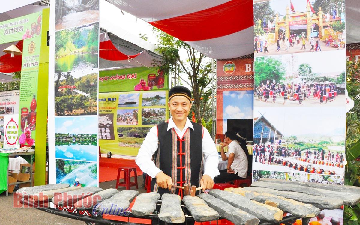 Đàn đá - đặc trưng của Bảo tàng tỉnh Bình Phước cũng góp mặt vào không gian trưng bày, quảng bá văn hóa, du lịch, ẩm thực đặc trưng