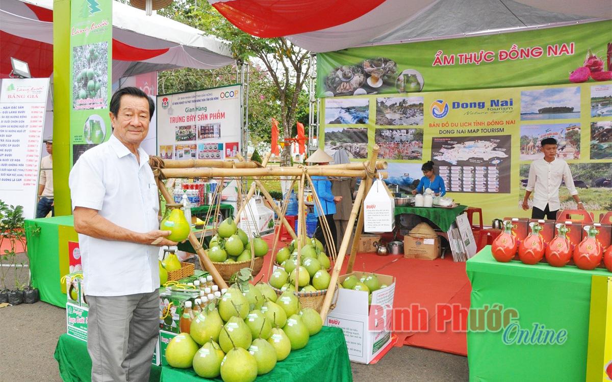 Ông Huỳnh Đức Huệ giới thiệu đặc sản bưởi Tân Triều