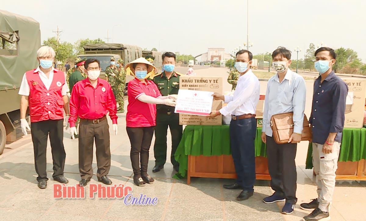 Tỉnh Bình Phước tặng quà cho người Việt tại Vương quốc Campuchia