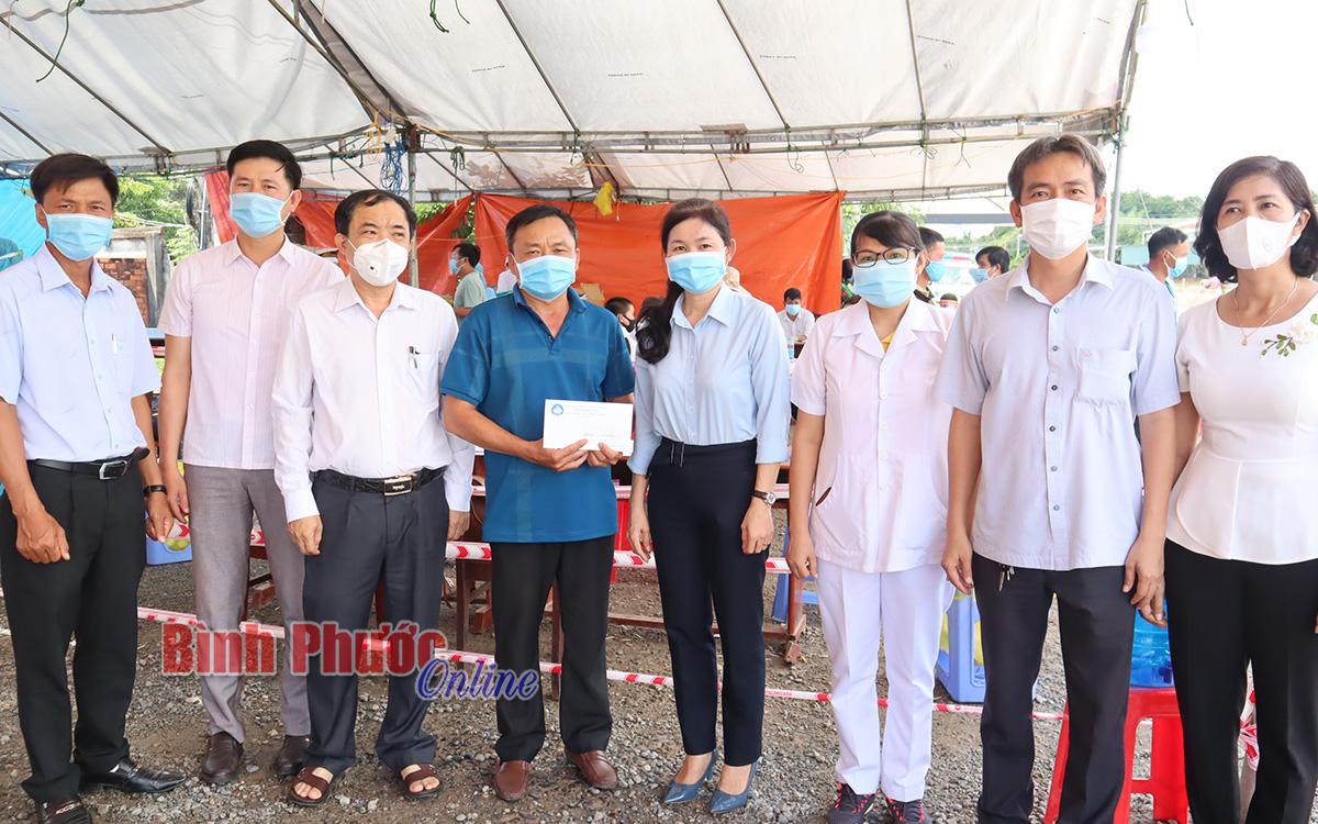 Thành phố Đồng Xoài tặng thiết bị công nghệ cho chốt kiểm soát dịch Covid-19 tại huyện Đồng Phú