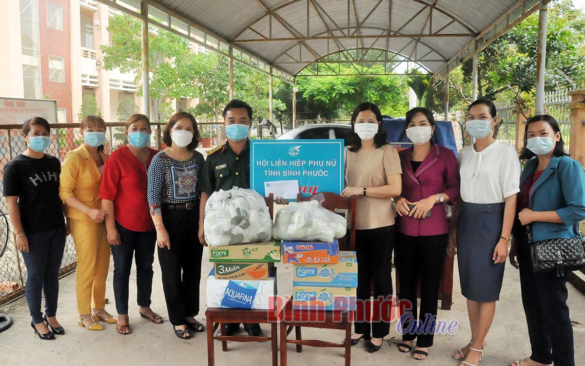 Hội phụ nữ tỉnh tặng quà chốt kiểm soát phòng, chống dịch và khu cách ly tập trung huyện Chơn Thành