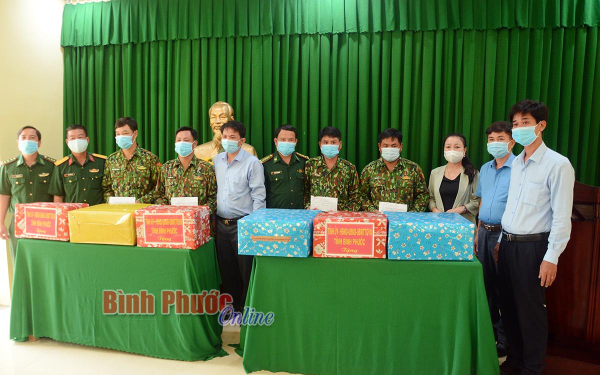 Lãnh đạo tỉnh tặng quà lực lượng quản lý biên giới và phòng, chống dịch Covid-19