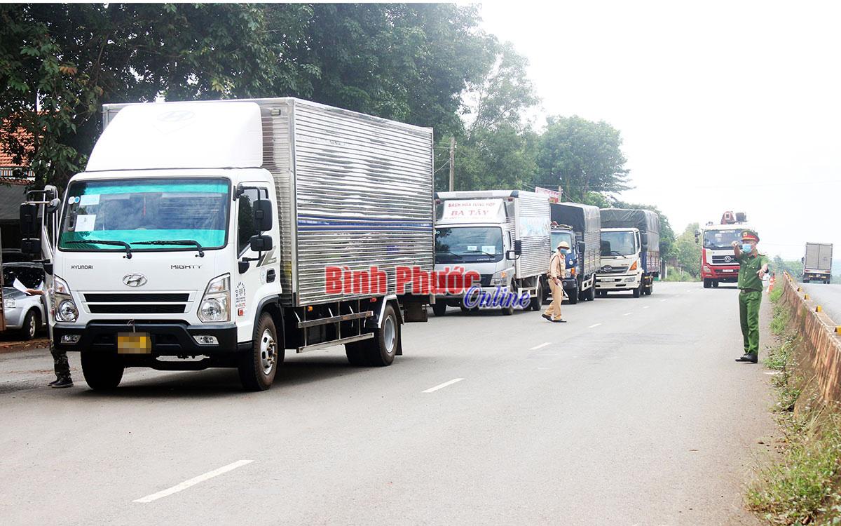 Chở 7 người trong thùng xe trốn chốt kiểm dịch, 1 xe tải bị bắt giữ